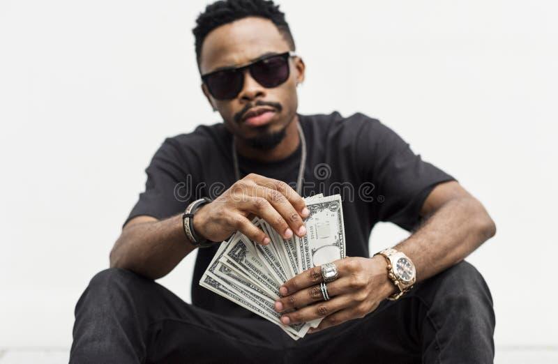 Schwarzer Mann, der Bargeldrechnungen hält stockfotos