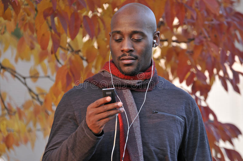 Schwarzer Mann, der Musik hört lizenzfreie stockbilder