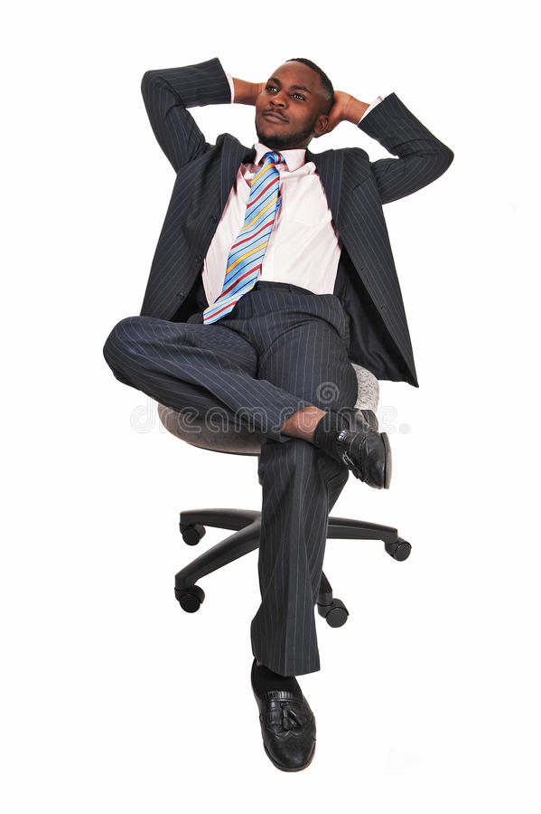 Schwarzer Mann im Bürostuhl. lizenzfreies stockfoto