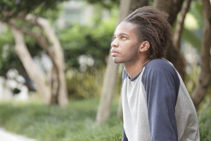Schwarzer Mann im Park stockfoto