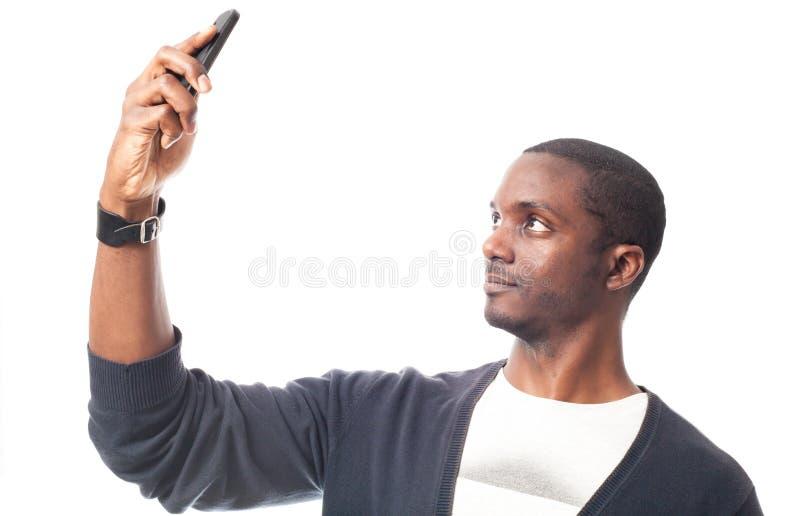 Schwarzer Mann mit blauem Pullover machen ein Selbstporträt lizenzfreie stockfotos