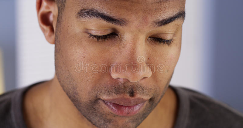 Schwarzer Mann mit den Augen geschlossen lizenzfreies stockfoto