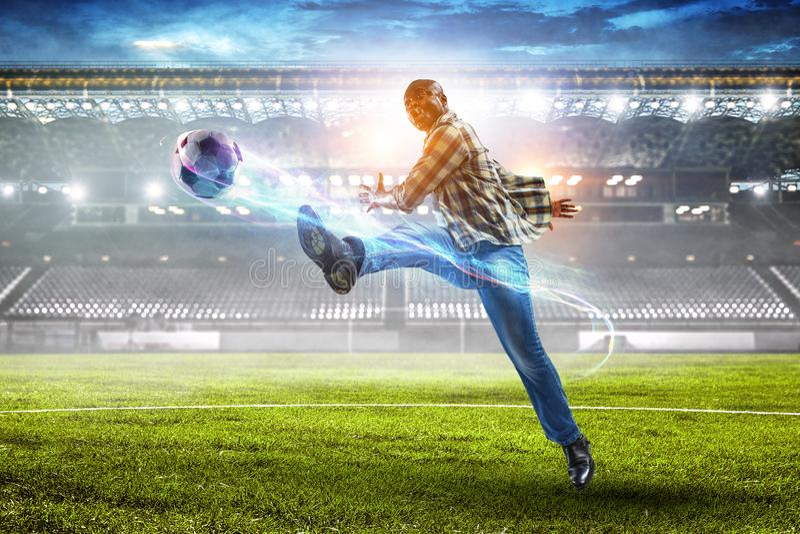 Schwarzer Mann spielt sein bestes Fu?ballspiel lizenzfreie stockbilder
