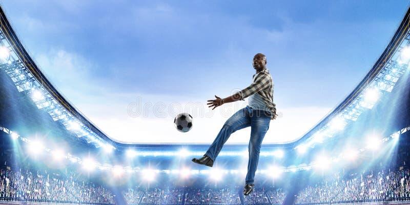 Schwarzer Mann spielt sein bestes Fu?ballspiel lizenzfreies stockfoto