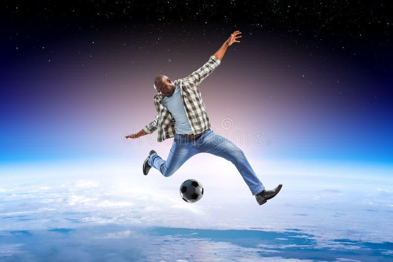 Schwarzer Mann spielt sein bestes Fu?ballspiel stockbilder
