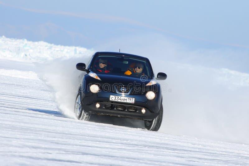 Schwarzer Nissan Juke, der auf Eis vom Baikalsee treibt stockbild