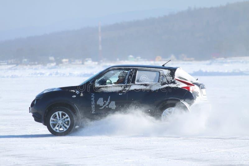 Schwarzer Nissan Juke, der auf Eis vom Baikalsee treibt stockfotos