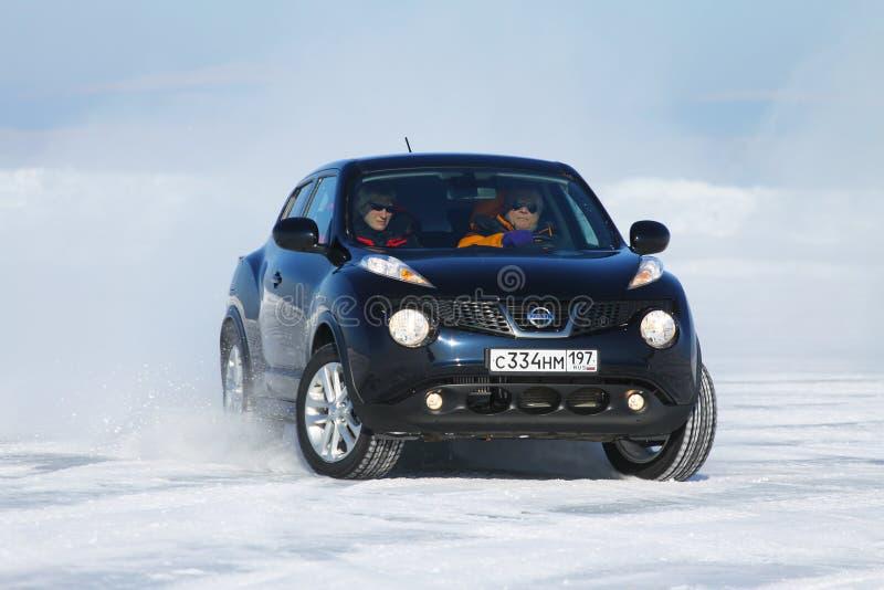 Schwarzer Nissan Juke, der auf Eis vom Baikalsee treibt stockbilder