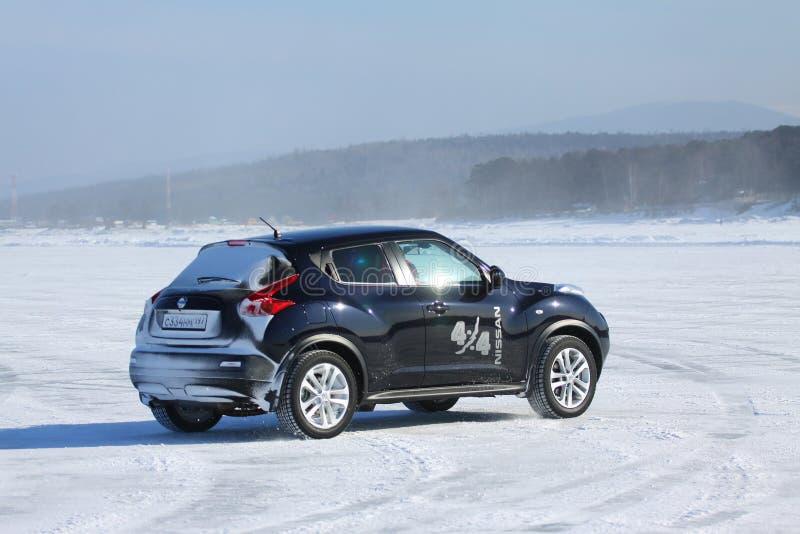 Schwarzer Nissan Juke, der auf Eis vom Baikalsee treibt lizenzfreie stockfotografie