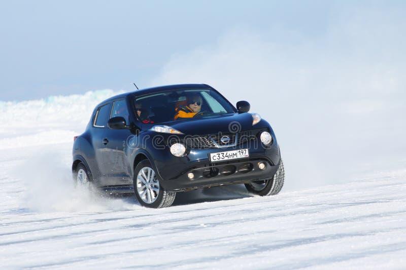 Schwarzer Nissan Juke, der auf Eis vom Baikalsee treibt lizenzfreies stockbild