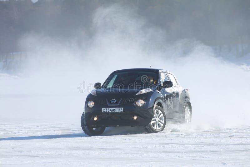 Schwarzer Nissan Juke, der auf Eis vom Baikalsee treibt stockfoto