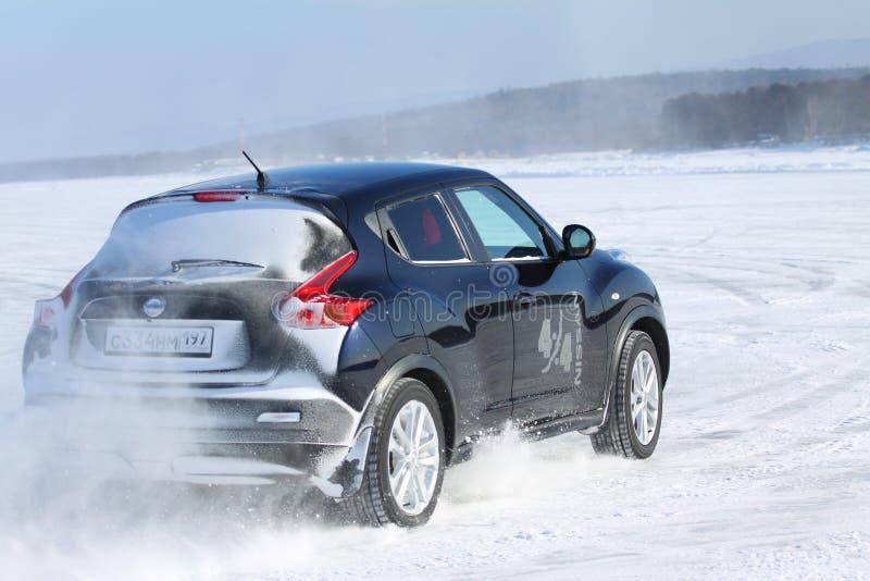 Schwarzer Nissan Juke, der auf Eis vom Baikalsee treibt lizenzfreie stockfotos