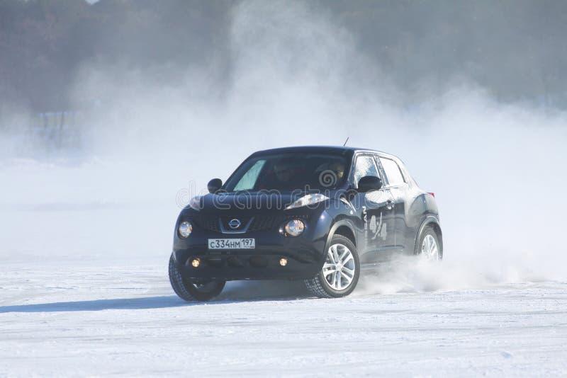 Schwarzer Nissan Juke, der auf Eis vom Baikalsee treibt lizenzfreies stockfoto