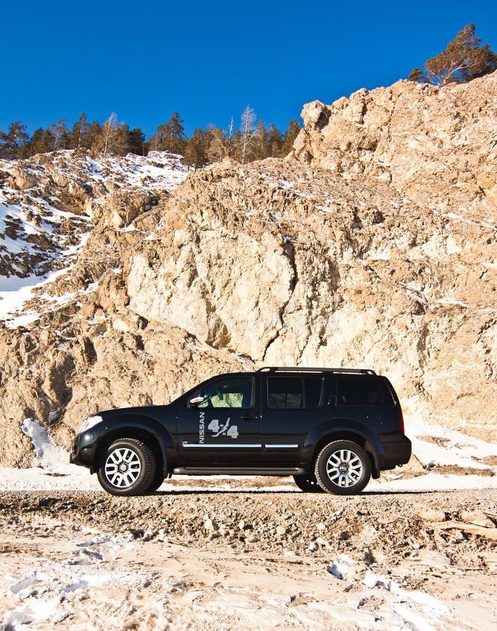 Schwarzer Nissan Pathfinder nahe dem Baikalsee lizenzfreies stockbild