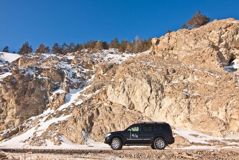 Schwarzer Nissan Pathfinder nahe dem Baikalsee stockfotografie