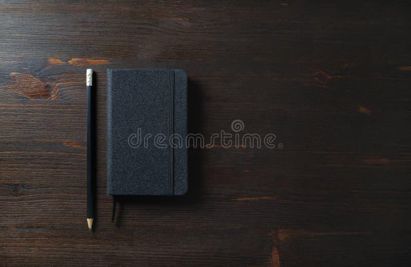 Schwarzer Notizblock, Bleistift stockbild