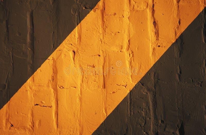 Schwarzer orange Wandhintergrund Grunge Wandhintergrund lizenzfreies stockbild