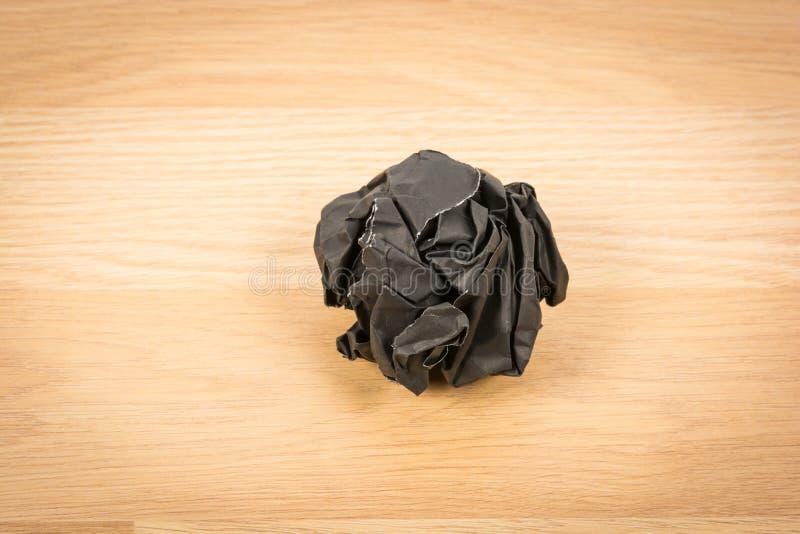 Schwarzer Papierball runzeln lizenzfreie stockfotos