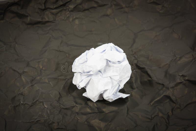 Schwarzer Papierball runzeln Isolat stockfoto