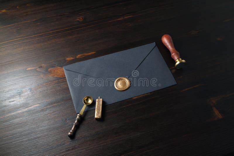 Schwarzer Papierumschlag stockbild