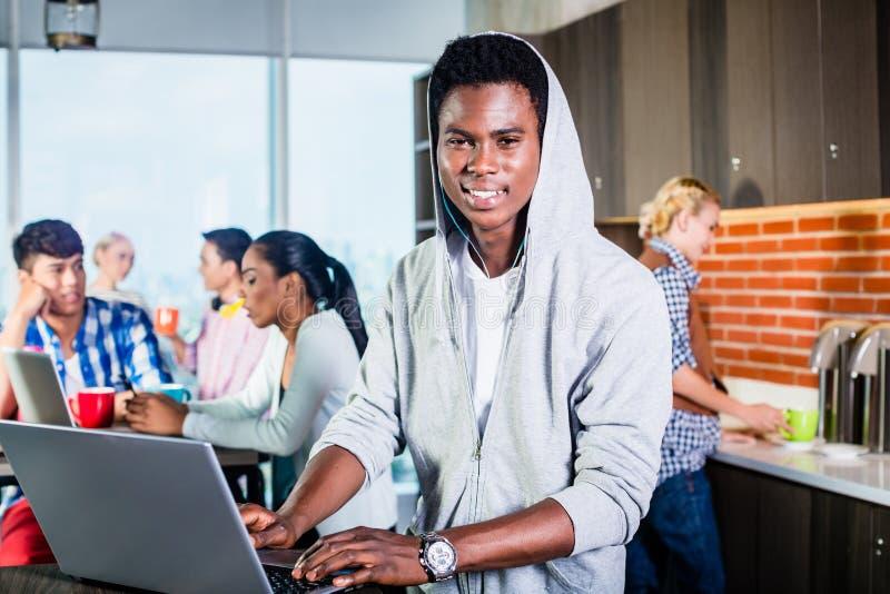 Schwarzer Programmierer im Aufenthaltsraum von IT-Start lizenzfreie stockfotografie