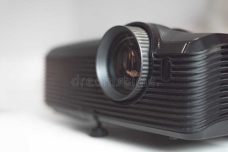 Schwarzer Projektor auf einer Tabelle lizenzfreie stockfotos