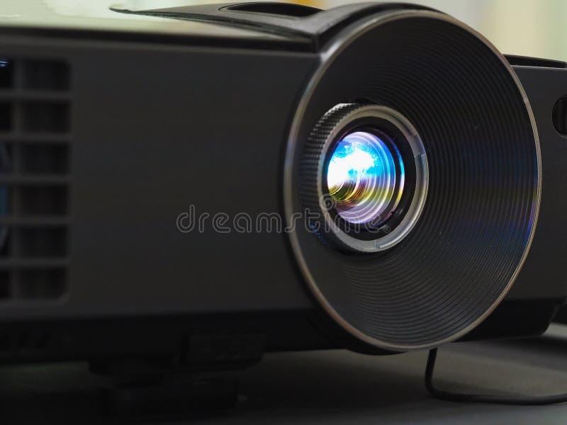Schwarzer Projektor auf schwarzer Tabelle, Abschluss oben stockfoto