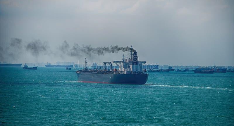 Schwarzer Rauch vom Schiffs-Segeln auf dem Hohen See lizenzfreie stockfotos