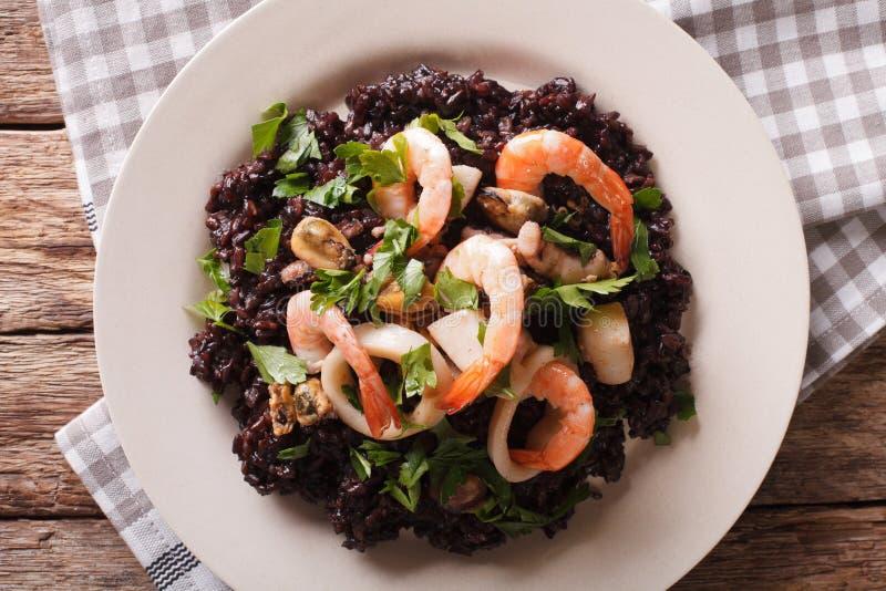 Schwarzer Reis mit Garnele, Calamari, Miesmuscheln und Kamm-Muschelnahaufnahme stockbilder