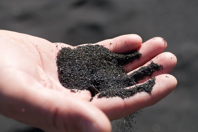 Schwarzer Sand in Island lizenzfreie stockbilder