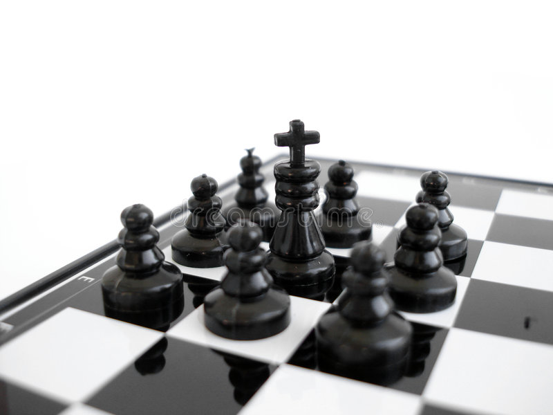 Schwarzer Schachkönig steht auf einem Schachvorstand mit Abbildungen lizenzfreie stockfotos