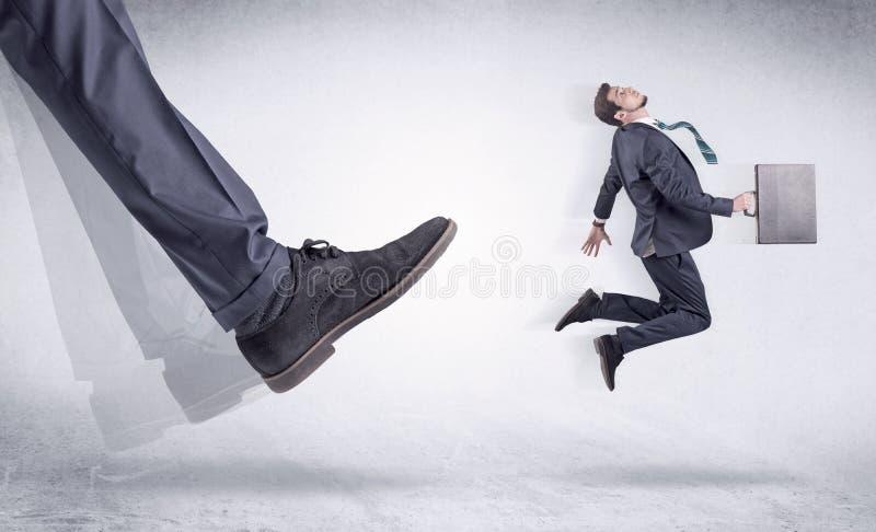 Schwarzer Schuh, der kleinen Mann tritt stockfotos