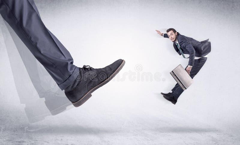 Schwarzer Schuh, der kleinen Mann tritt lizenzfreie stockbilder