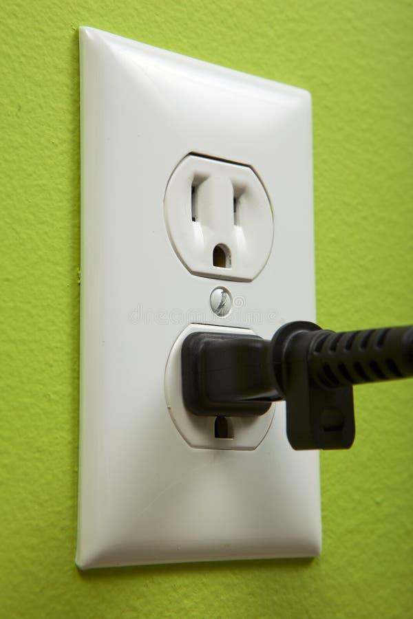 Schwarzer Seilzug schloß einen weißen elektrischen Anschluss an lizenzfreies stockfoto