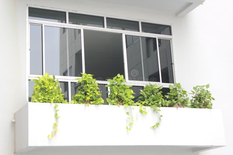 Schwarzer Spiegel auf Fensterhaus stockbild