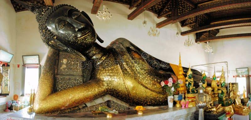 Schwarzer stützender Buddha in Bangkok, Thailand stockbild