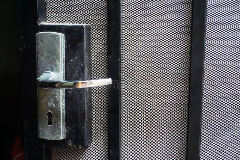 Schwarzer Stahlaluminiumtürgriff mit Moskitofiletarbeit stockfotos