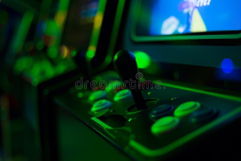 Schwarzer Steuerknüppel auf altem Arcade-Spiel stockfotos