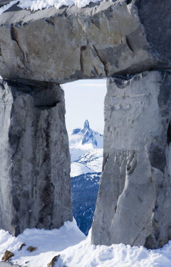 Schwarzer Stoßzahn-Berg gestaltet von Inukshuk stockbild