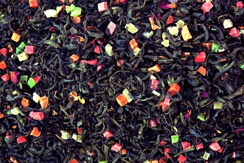 schwarzer Tee der Frucht mit Blumen Hintergrund der trockenen Draufsichtnahaufnahme des Tees lizenzfreies stockfoto