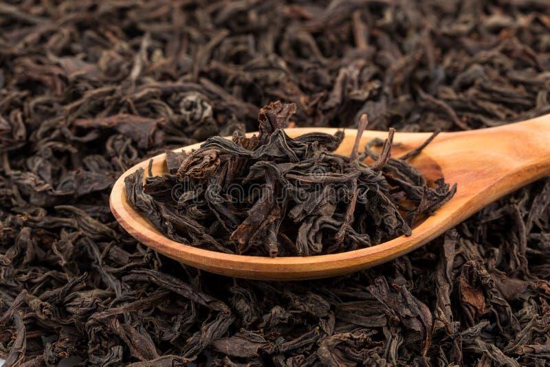 Schwarzer Tee in einem Löffel lizenzfreie stockfotos
