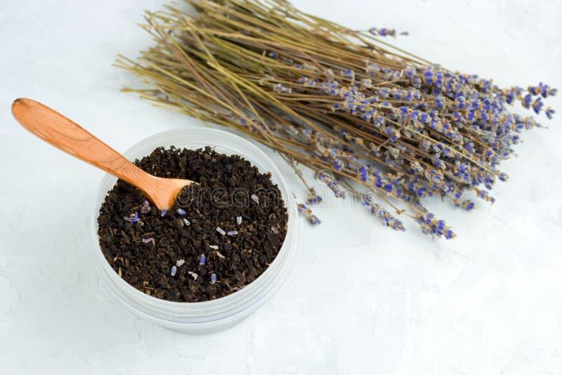 schwarzer Tee mit den Lavendelblumenblättern und ein Blumenstrauß des getrockneten Lavendels lizenzfreie stockfotos