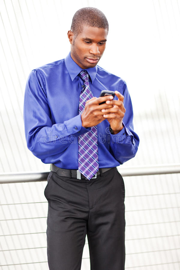 Schwarzer texting Geschäftsmann stockbilder