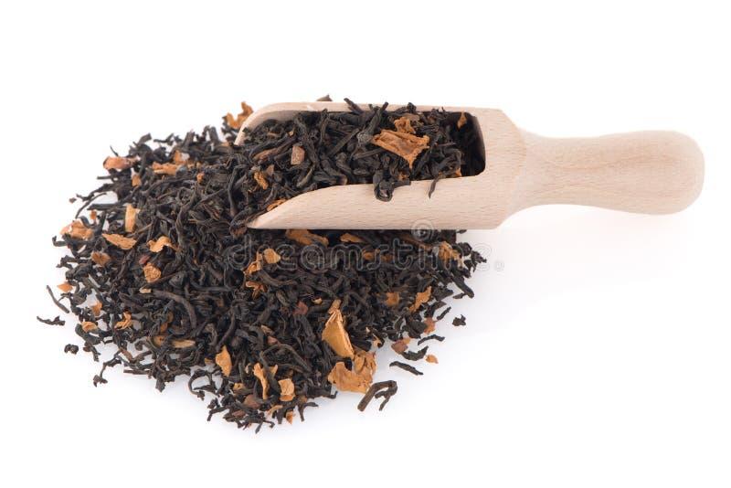 Schwarzer trockener Tee mit einem hölzernen Löffel lizenzfreie stockfotos