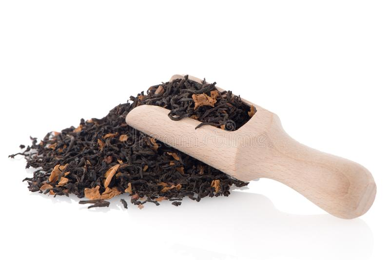Schwarzer trockener Tee mit einem hölzernen Löffel stockbild