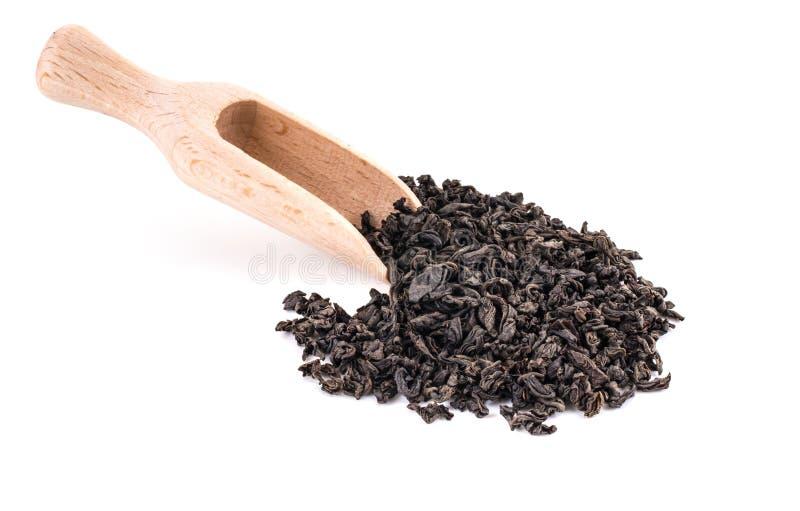 Schwarzer trockener Tee mit einem hölzernen Löffel lizenzfreie stockfotografie