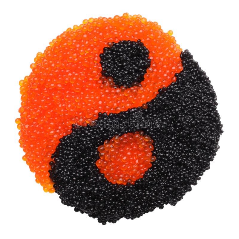 Schwarzer und roter Kaviar, der ein yin Yang-Symbol bildet lizenzfreies stockbild