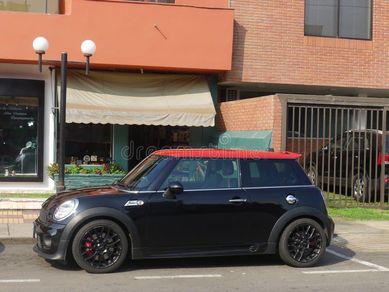 Schwarzer und roter Mini Cooper in San Isidro, Lima lizenzfreie stockfotografie