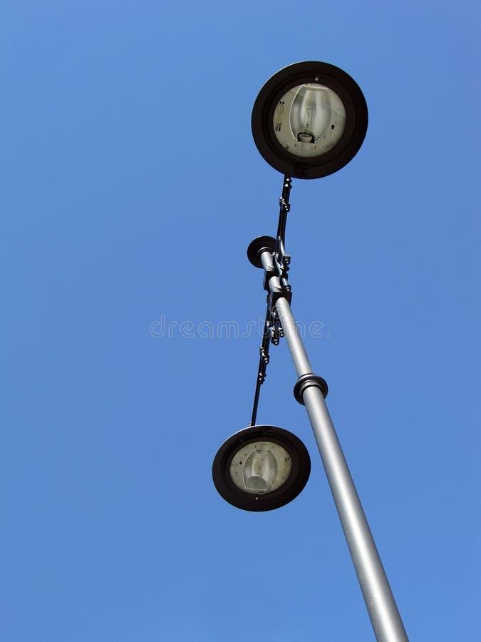 Schwarzer und silberner Straßen-Laternenpfahl lizenzfreie stockbilder