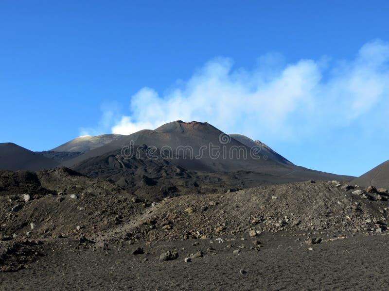 Schwarzer Vulkan Ätna und der blaue Himmel lizenzfreie stockfotografie